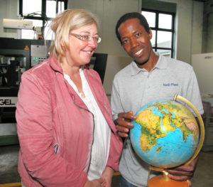 Balla Toure zeigt Sibylle Petry auf dem Globus die Strecke seiner Reise. Von Gao über Malis Hauptstadt Bamako bis nach Deutschland dauerte sie zwei Jahre. (Fotos: Wortart, Almut Thöring)
